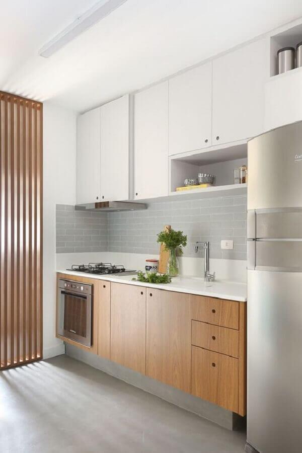 ideias para cozinha pequena de apartamento com armários planejados brancos e em madeira Foto Pinterest