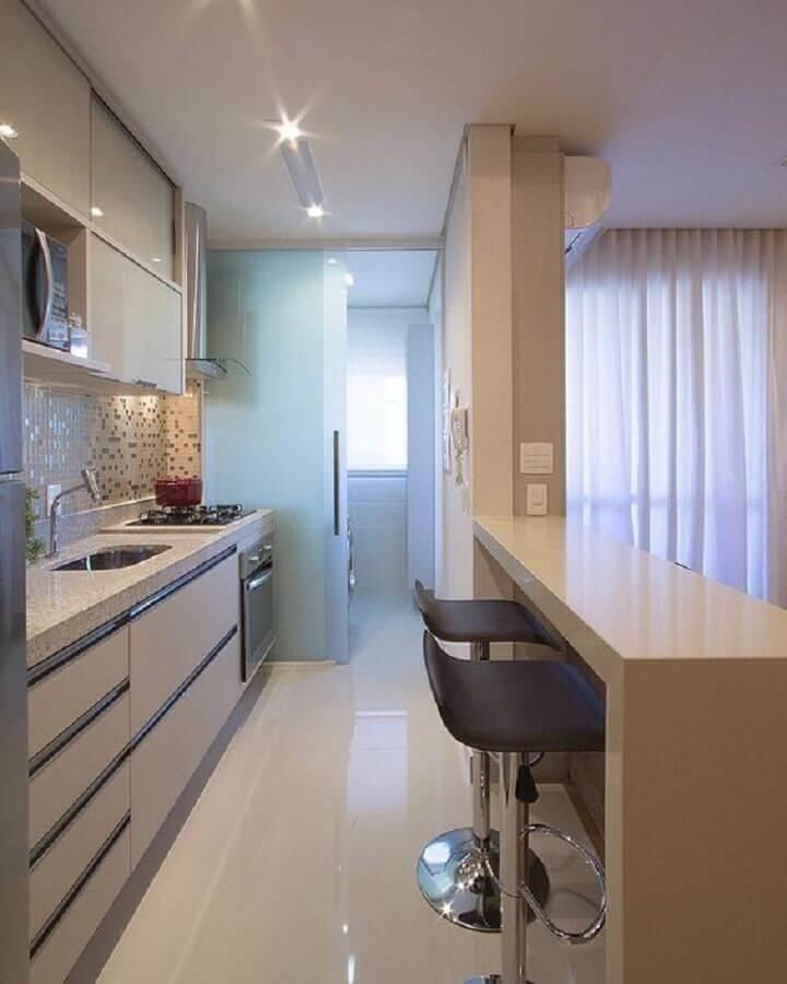 ideias para cozinha pequena de apartamento com porta de vidro para divisão de lavanderia Foto Arquitrecos