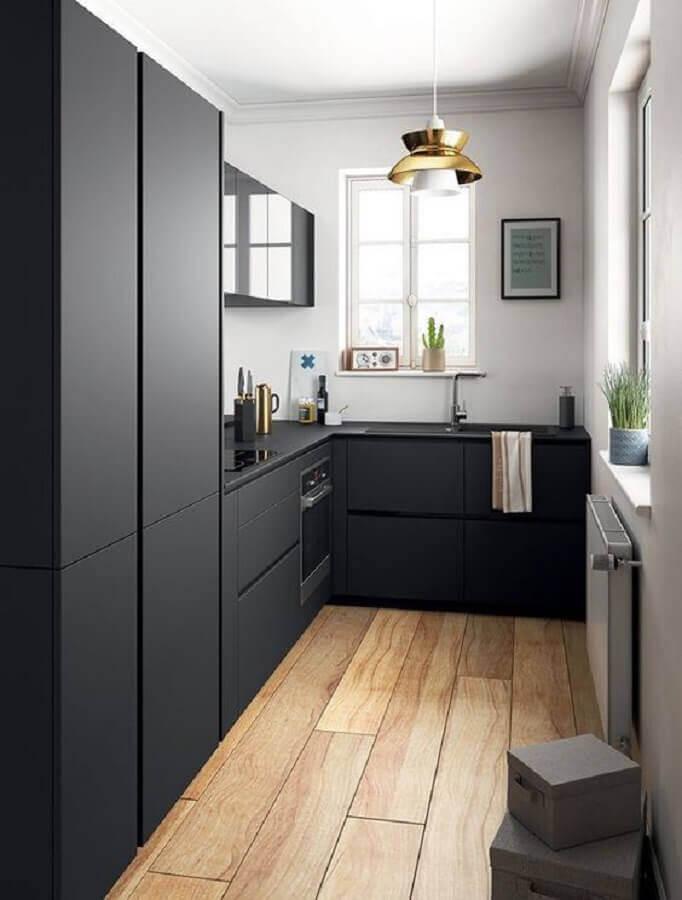 ideias para cozinha pequena preta moderna com armários planejados em acabamento fosco Foto Apartment Therapy