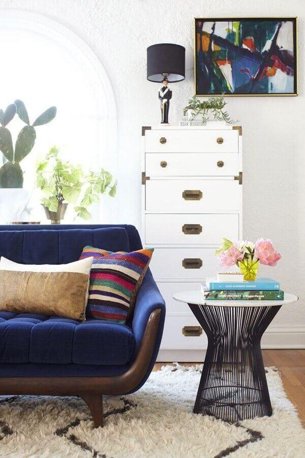 Design moderno de mesa de canto redonda para sala com sofá azul e almofada colorida