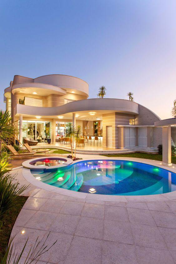 As mansões com piscina são as mais luxuosas