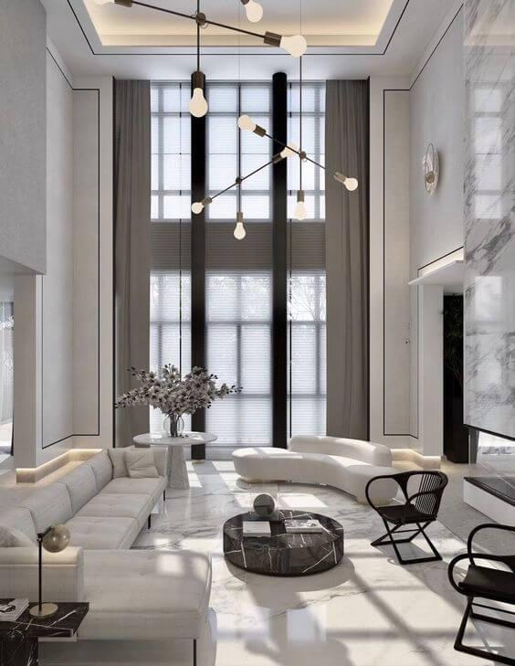 Mansão com decoração branca na sala de estar