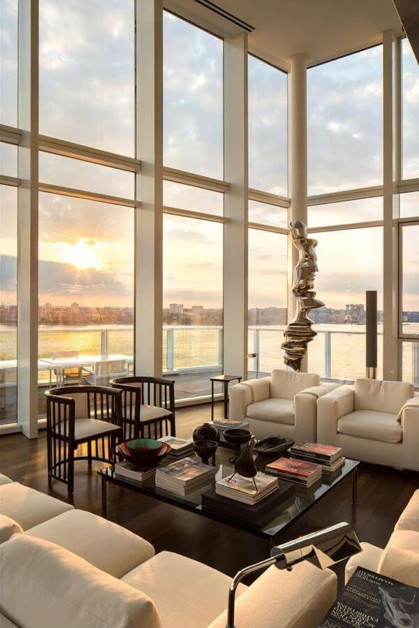 Sala iluminada na mansão com janelas amplas