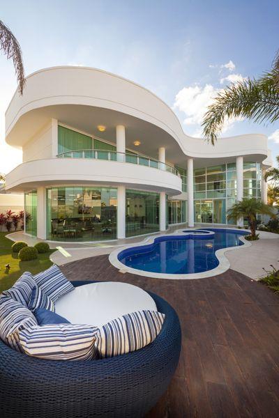 Mansão com piscina e decoração moderna