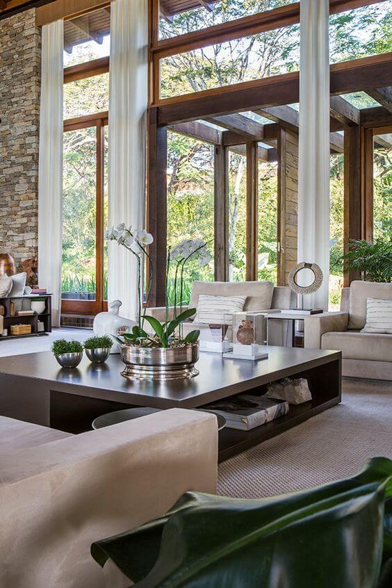 Mansão de luxo com mesa de centro moderna