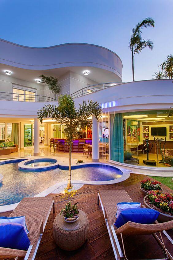 Mansão de luxo com piscina e área gourmet