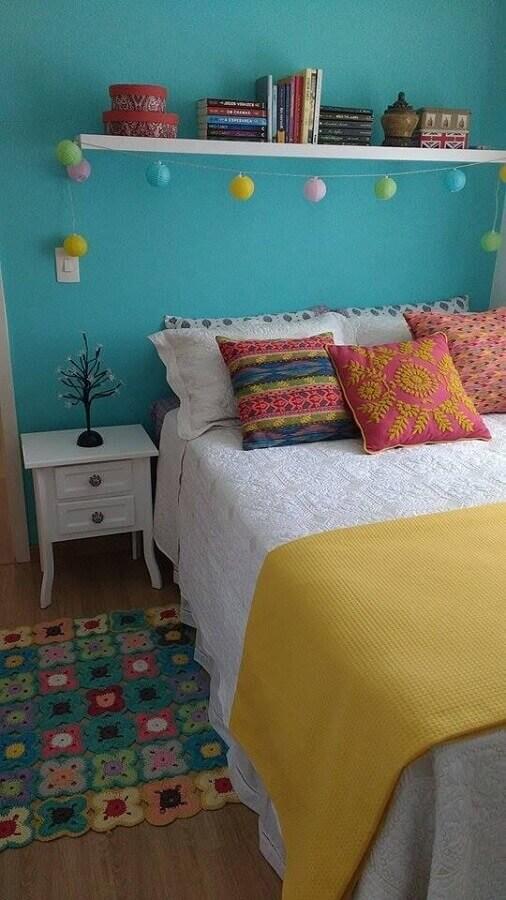 mesa de cabeceira branca com gaveta para decoração de quarto simples com parede azul Foto Pinterest