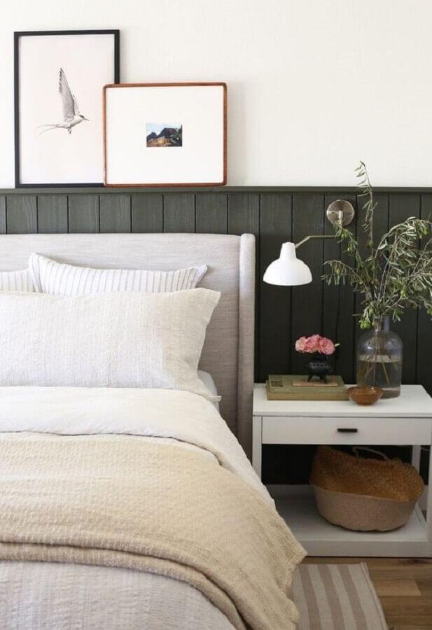 mesa de cabeceira branca para decoração de quarto com cabeceira cinza clara Foto Pinterest