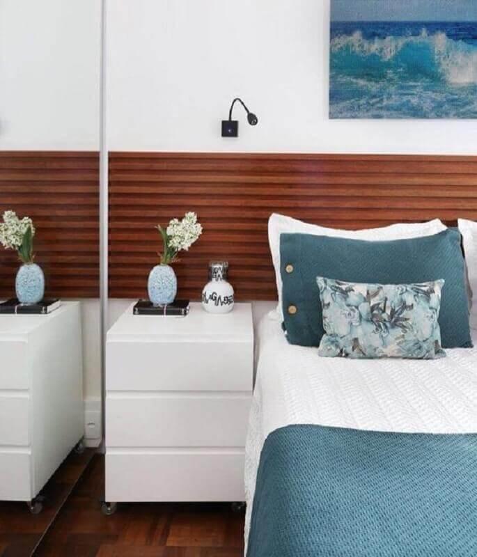 mesa de cabeceira branca para decoração de quarto de casal com guarda roupa espelhado e cabeceira de madeira Foto Pinterest