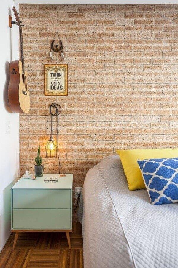 mesa de cabeceira colorida em verde pastel para quarto decorado com parede de tijolinho Foto Archzine