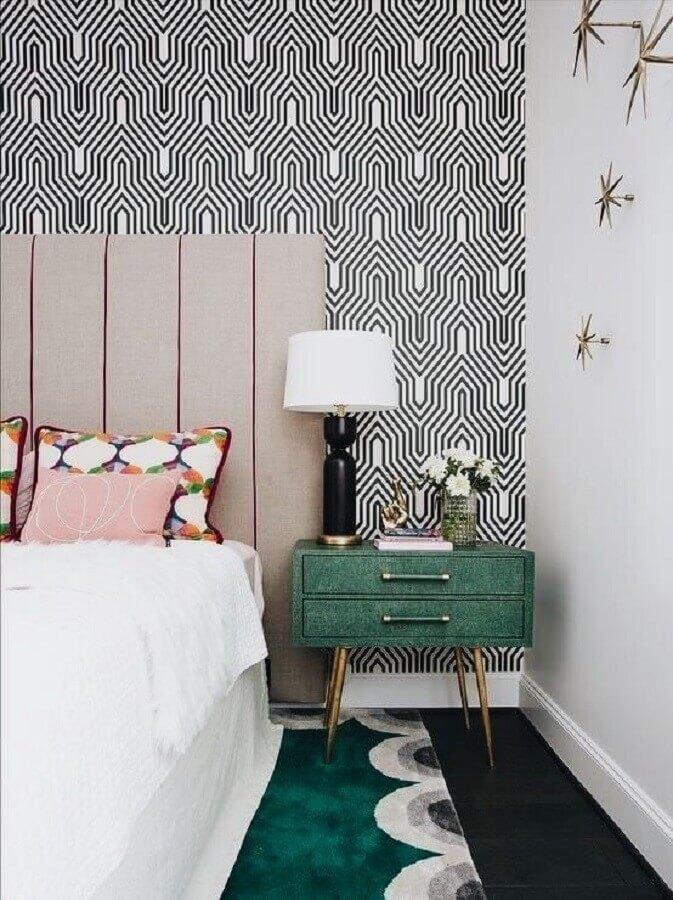 mesa de cabeceira colorida para decoração de quarto com papel de parede geométrico e abajur preto Foto Fashionismo