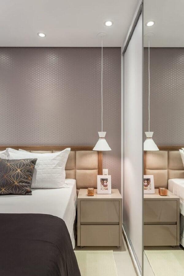 mesa de cabeceira com gavetas pequena para quarto de casal decorado Foto Rúbia M. Vieira Interiores