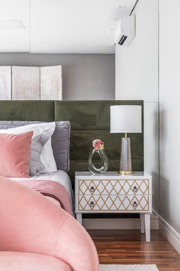 mesa de cabeceira diferente para quarto com parede espelhada e cabeceira estofada Foto Rúbia M. Vieira Interiores