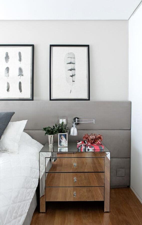 mesa de cabeceira espelhada com gavetas para decoração de quarto com cabeceira cinza estofada Foto Casa de Valentina