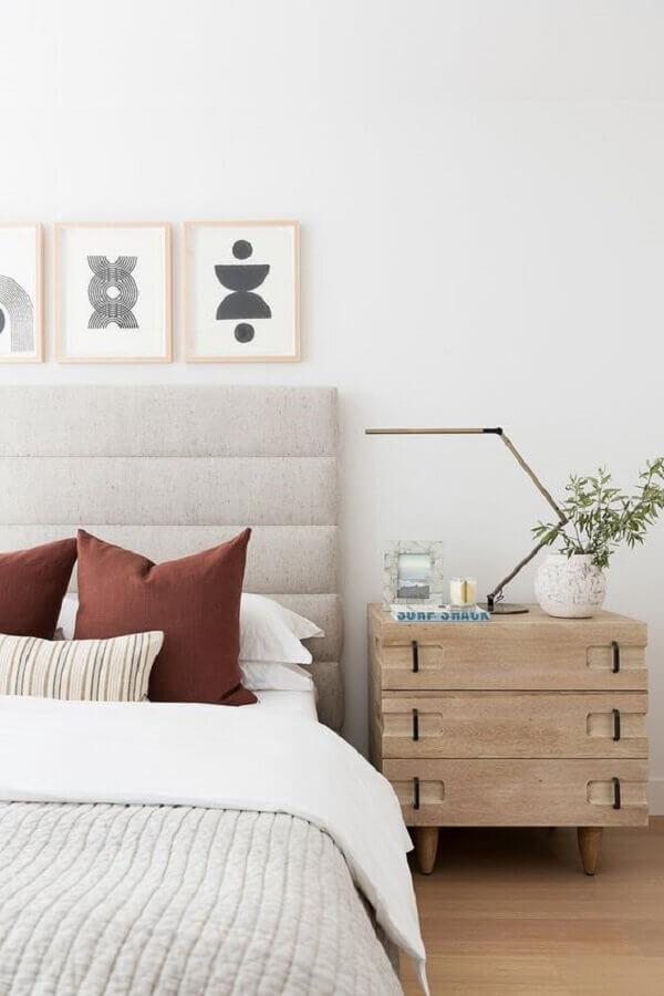 mesa de cabeceira madeira diferente para decoração de quarto clean com cabeceira estofada cinza Foto Studio McGee