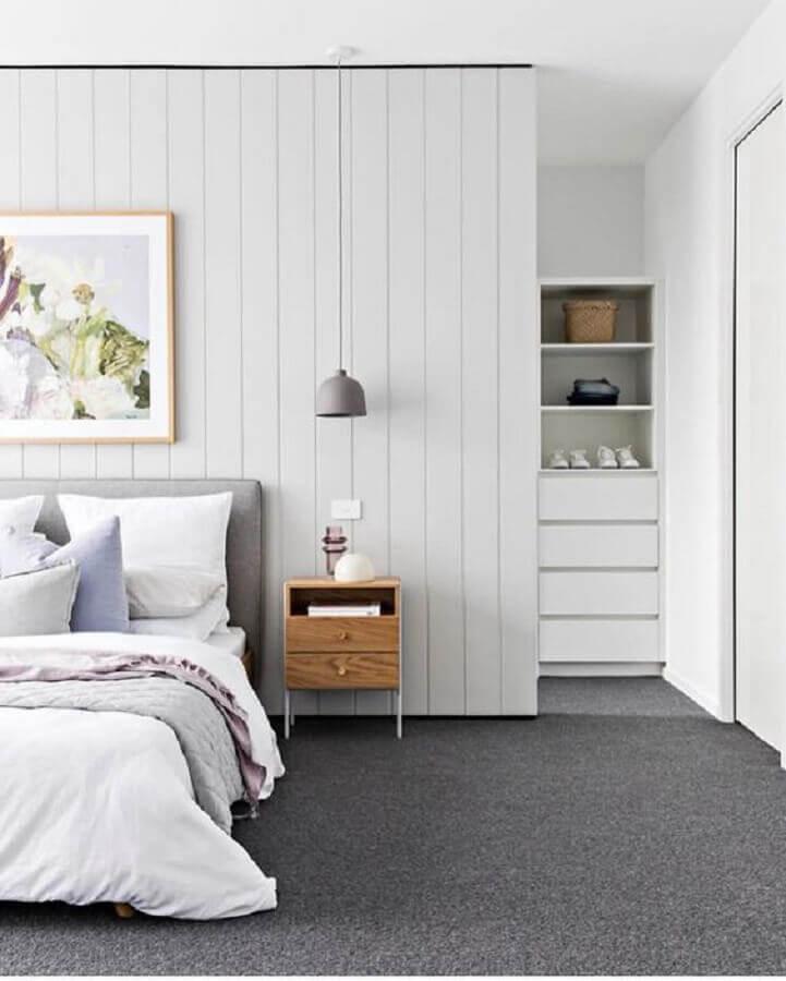 mesa de cabeceira pequena com gavetas para decoração de quarto cinza e branco Foto Pinterest