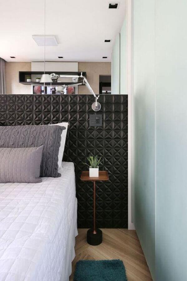 mesa de cabeceira pequena para quarto moderno decorado com revestimento 3D preto na cabeceira Foto Jeito de Casa