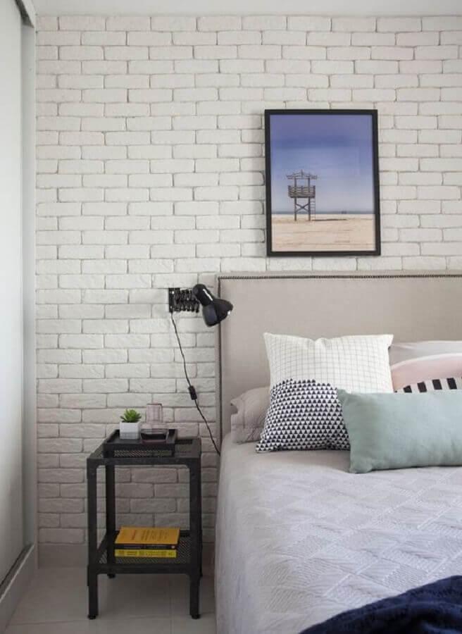 mesa de cabeceira preta simples para quarto branco decorado com parede de tijolinho Foto Archilovers