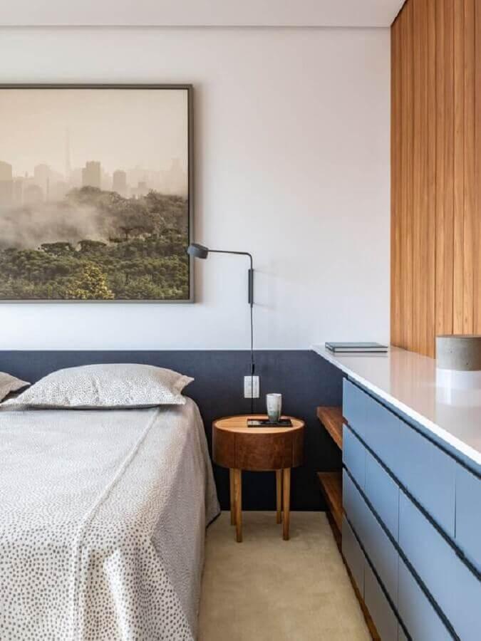 mesa de cabeceira redonda de madeira para decoração de quarto planejado azul e branco Foto CASA100 Arquitetura