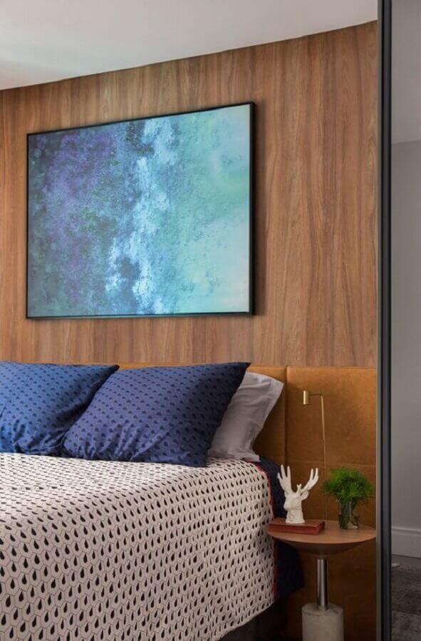 mesa de cabeceira redonda moderna para decoração de quarto de casal com cabeceira estofada marrom Foto Pinterest