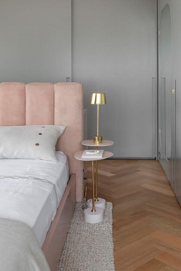 mesa de cabeceira redonda para decoração de quarto cinza e rosa moderno Foto Lulu & Georgia