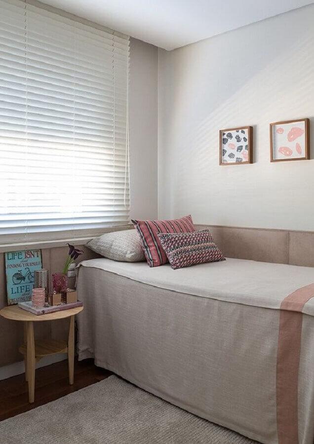 mesa de cabeceira redonda simples para decoração de quarto de solteiro feminino Foto Jeito de Casa