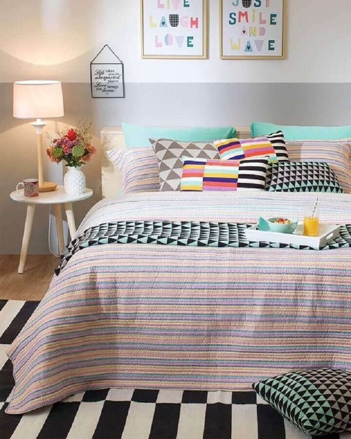 mesa de cabeceira retrô branca para quarto jovem decorado com várias almofadas coloridas Foto Pinterest