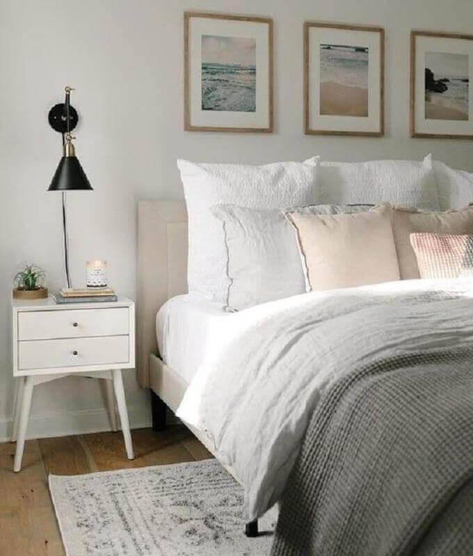 mesa de cabeceira retrô com gavetas para decoração de quarto de casal Foto Isabella Simth