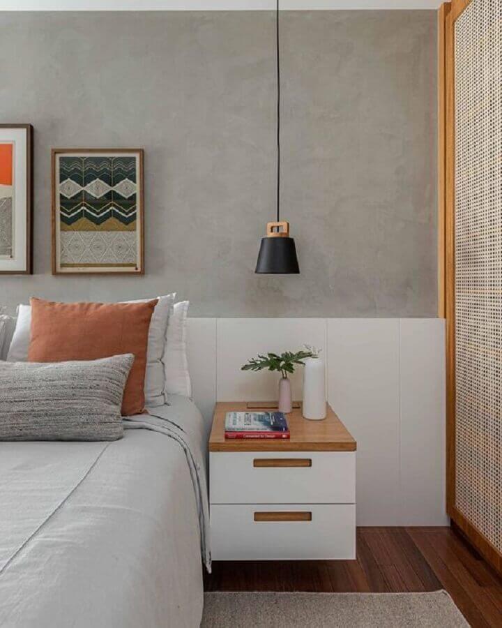 mesa de cabeceira suspensa para quarto moderno com parede de cimento queimado Foto Archilovers