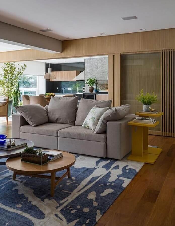 mesa de canto amarela para sala ampla com sofá cinza e tapete azul  Foto Casa de Valentina