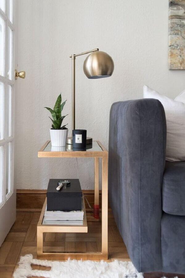 mesa de canto moderna para decoração de sala com sofá cinza  Foto PopSugar