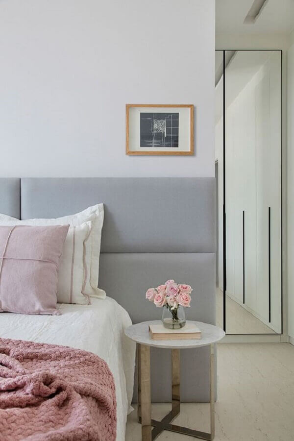 mesa de canto para quarto de casal cinza e branco  Foto Casa de Valentina