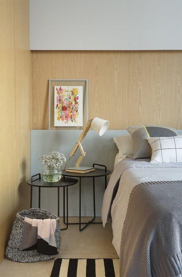mesa de canto preta moderna para decoração de quarto cinza com revestimento de madeira  Foto limaonagua
