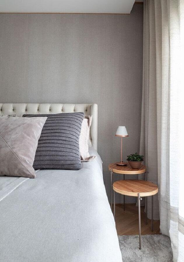 mesa de canto redonda de madeira para decoração de quarto cinza  Foto Casa de Valentina