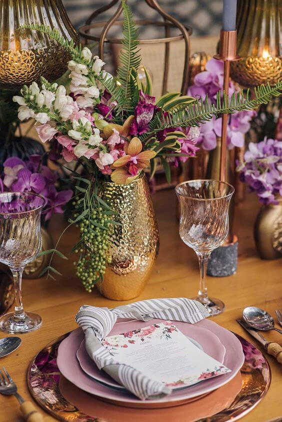 Mesa decorada com flor roxa