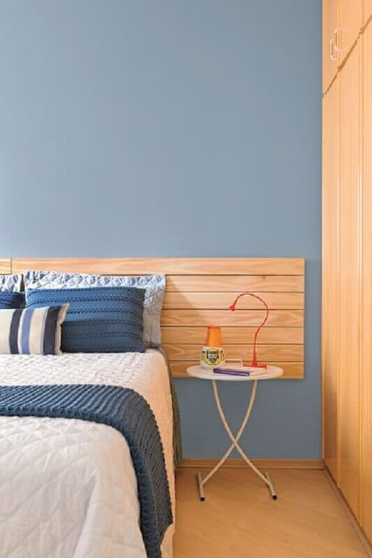 quarto azul decorado com mesa de cabeceira simples redonda Foto Pinterest