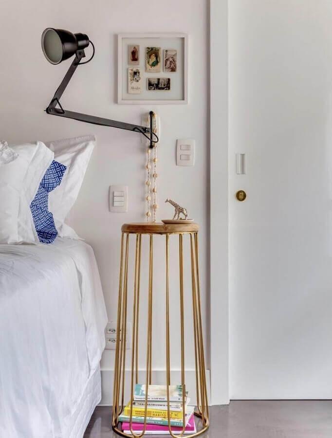 quarto branco decorado com mesa de cabeceira alta moderna Foto Pinterest