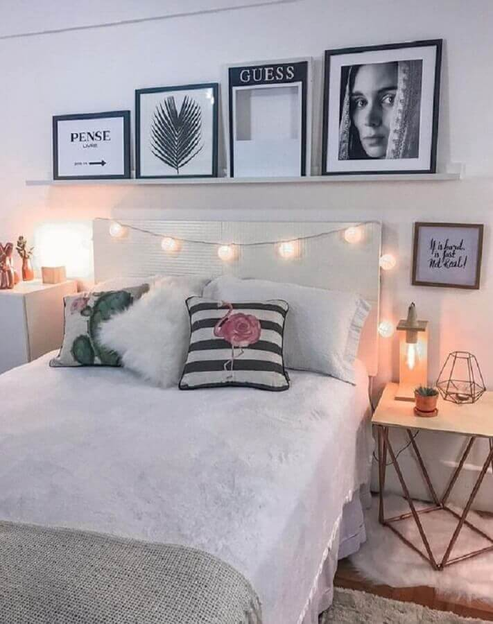 quarto branco feminino decorado com modelos diferentes de mesa de cabeceira Foto Pinterest