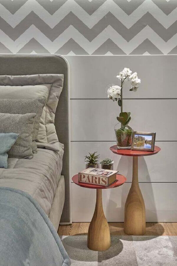 quarto cinza decorado com dupla de mesa de cabeceira redonda Foto Dcore Você
