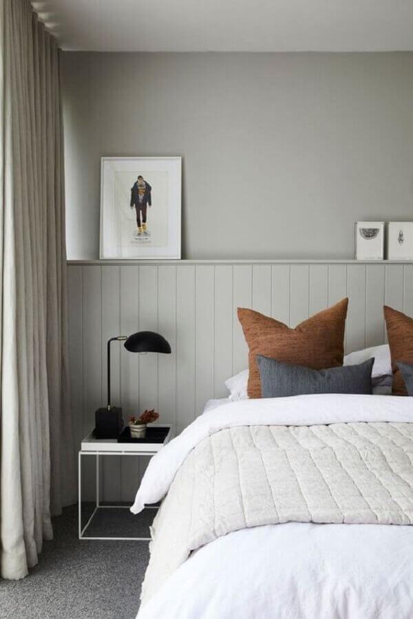 quarto cinza decorado com mesa de cabeceira branca com design minimalista Foto Apartment Therapy