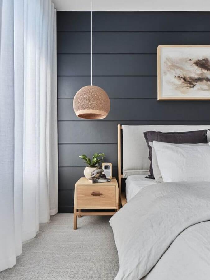 quarto cinza e branco decorado com mesa de cabeceira de madeira com gaveta Foto The Designory