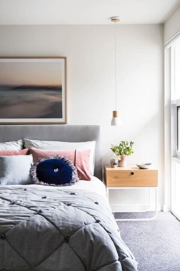 quarto cinza e branco decorado com mesa de cabeceira diferente com gaveta Foto Pinterest