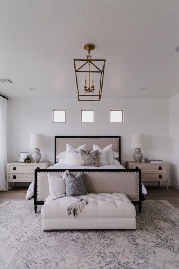 quarto clássico e sofisticado decorado com mesa de cabeceira com gavetas Foto Apartment Therapy
