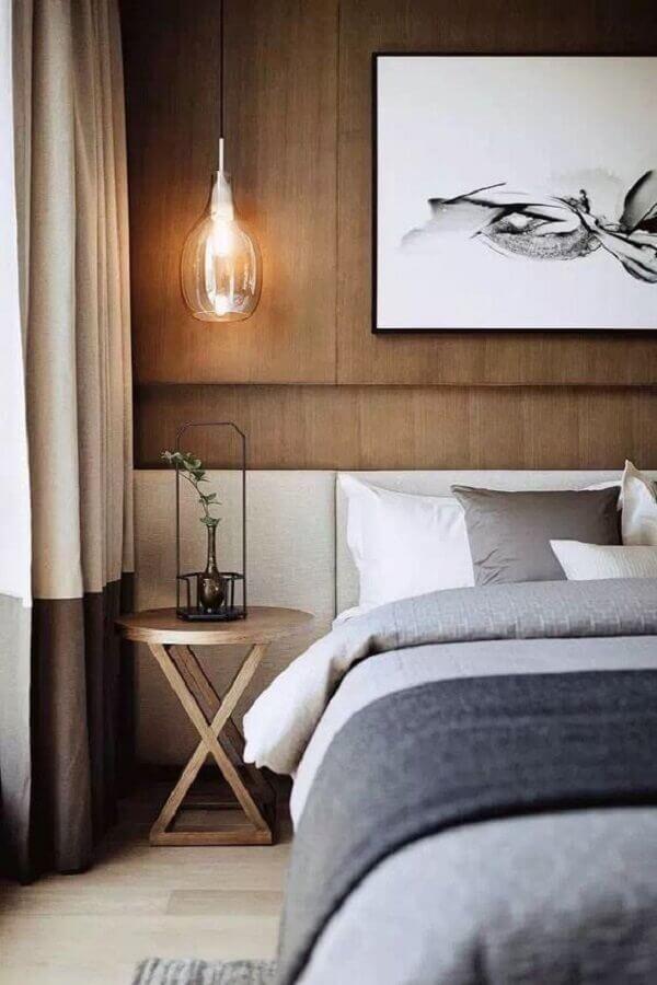 quarto com revestimento de madeira para parede decorado com mesa de cabeceira redonda de madeira Foto Casa Très Chic