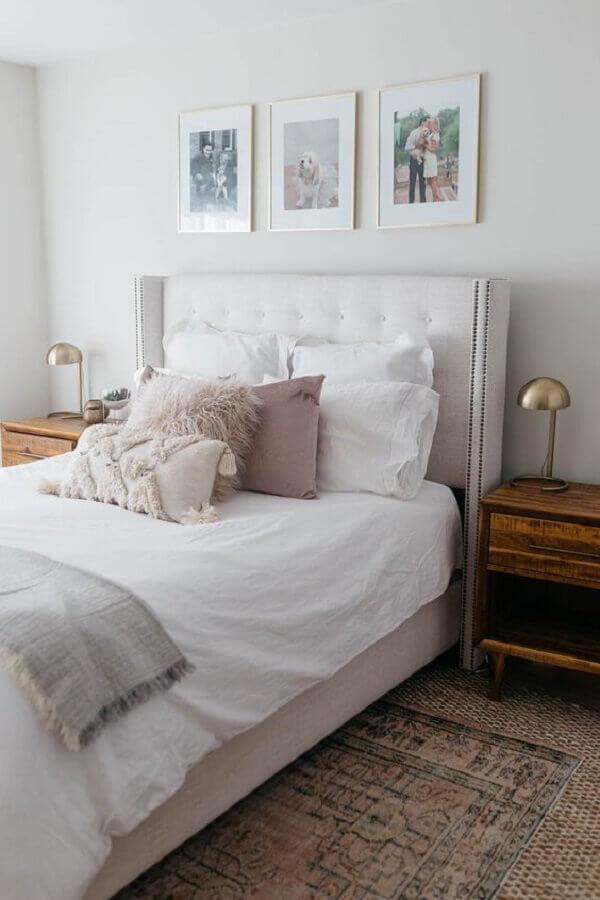 quarto de casal branco decorado com mesa de cabeceira madeira Foto Pearls & Twirls