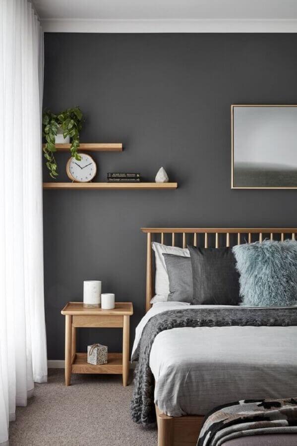 quarto de casal cinza decorado com mesa de canto quadrada de madeira clara  Foto Pinterest