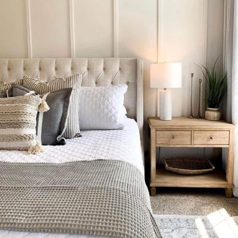 quarto de casal clássico decorado com cabeceira capitonê e mesa de cabeceira madeira Foto Archzine