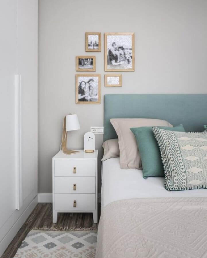 quarto de casal decorado com cabeceira estofada azul e mesa de cabeceira branca com gavetas Foto Kenay Home