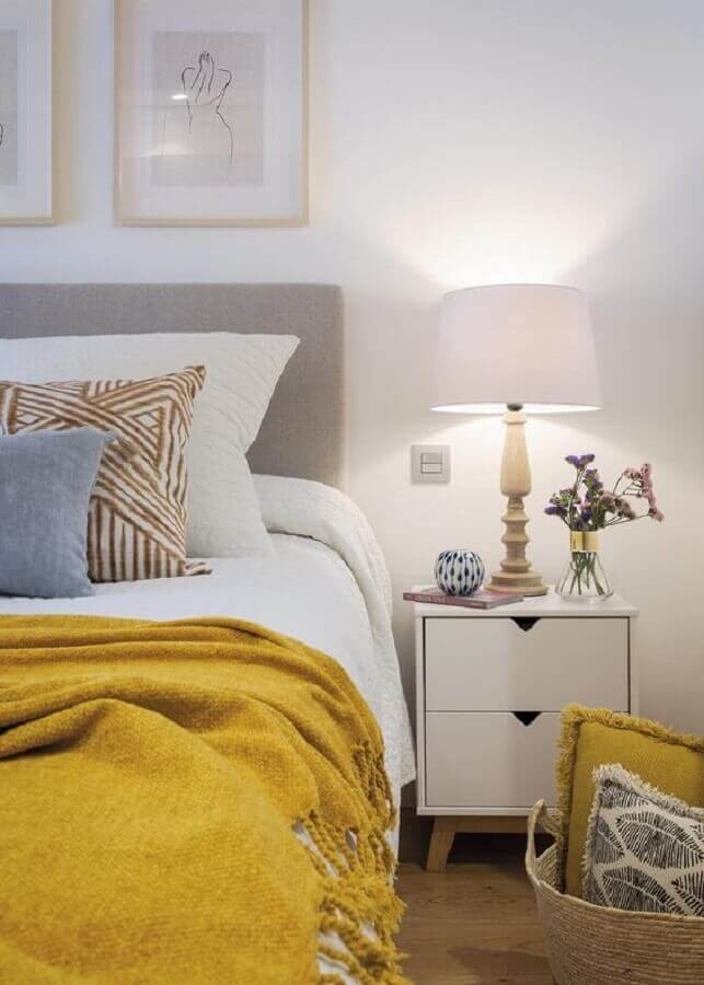 quarto de casal decorado com mesa de cabeceira branca com gavetas Foto Micasa Revista