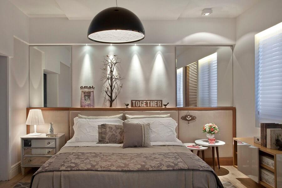 quarto de casal decorado com modelos diferentes de mesas de cabeceira Foto Jeito de Casa